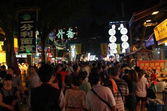 Bell Tower Hotel : Huifang Style Street, pusat kuliner dan keramaian hanya 5 menit jalan kaki