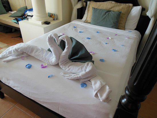 Luxury Bahia Principe Runaway Bay Don Pablo Collection : Towel art left by our lovely maid Jody, on our Anniversary!