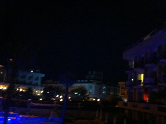Camyuva Beach Hotel : Hôtel beach on the right and 2 others hôtels with loud music on the evening