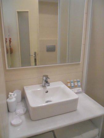 Brothers Hotel : Bathroom of room 4