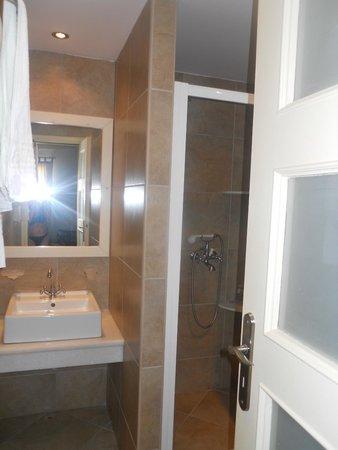 Brothers Hotel : Bathroom of garden room