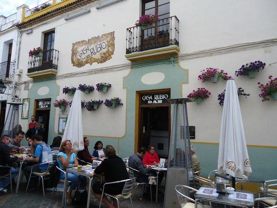 Casa Rubio : Mesas al aire libre.