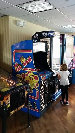 Blue Gate Garden Inn - Shipshewana Hotel: Arcade