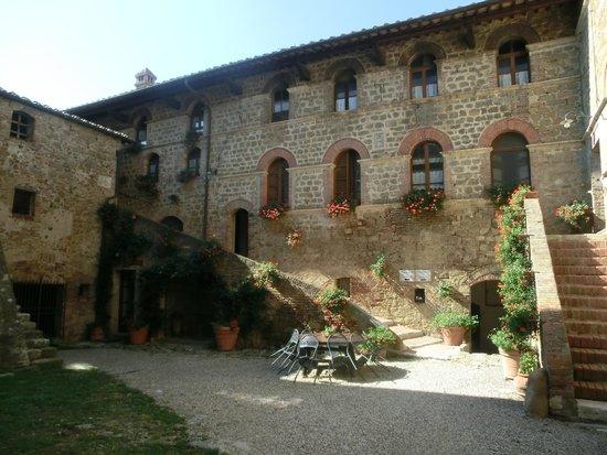 Agriturismi Il Castello La Grancia : IL CORTILE DEL CASTELLO