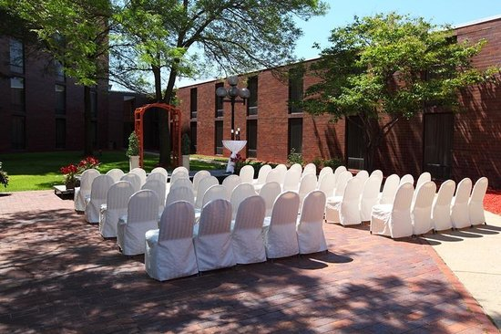 Ramada Plaza Minneapolis: Courtyard Ceremony