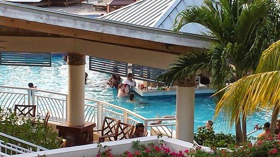 Beaches Ocho Rios Resort & Golf Club: Yes, it really is a swim up bar