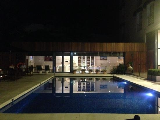 Hotel Medium Sitges Park: Pool by night