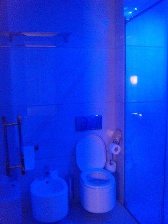 Gran Hotel Nagari Boutique & Spa : Baño led azul