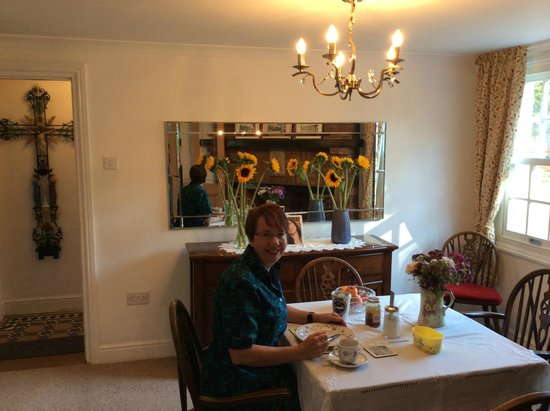 Swan Guest House LONDON - HEATHROW: Breakfast surrounded by fresh flowers