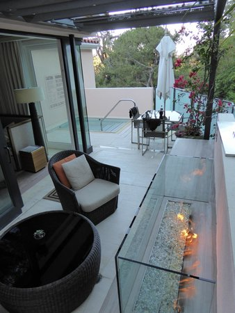 Hotel Bel-Air : Patio with fireplace and jacuzzi