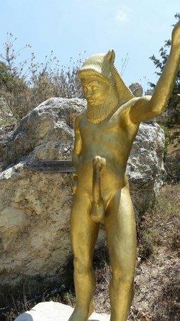 Adonis Baths Water Falls: Такая вот статуя встретит вас на водопаде