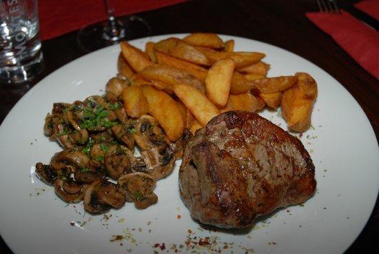 Bonderosa Steakhouse: Filetsteak 300g mit Potatoe Wedges und Gewürzchampignons