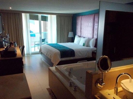 Hard Rock Hotel Cancun: 4th floor corner room