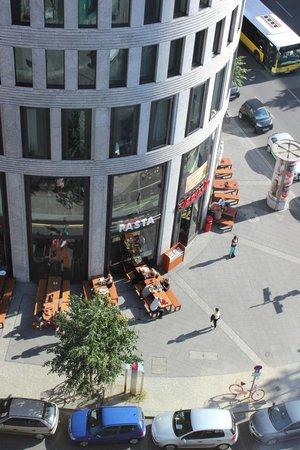 Swissotel Berlin: Blick nach unten in die Augsburger Strasse