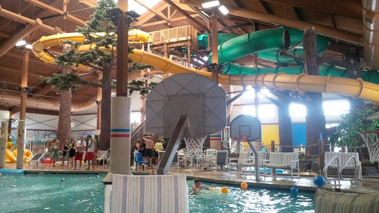 Timber Ridge Lodge & Waterpark: Yellow and Green Slides and Water BB area