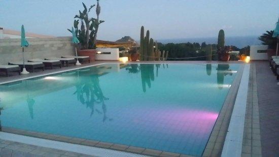 Miralisa Villa : Piscina grande di notte