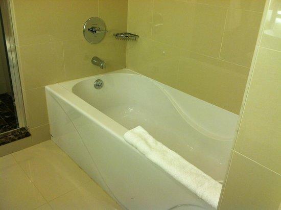 Golden Nugget: Suite - bath tub