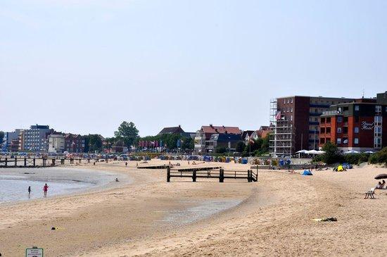 Strandhotel: Strand mit dem Hotel in der ersten Reihe