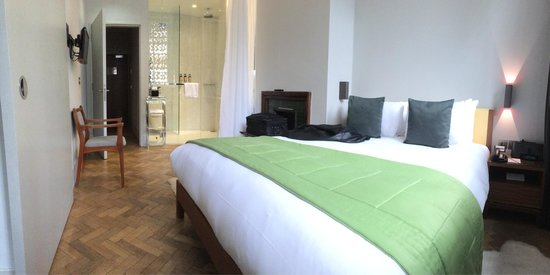 Town Hall Hotel: Bedroom & wet room in one of the suites on the ground floor
