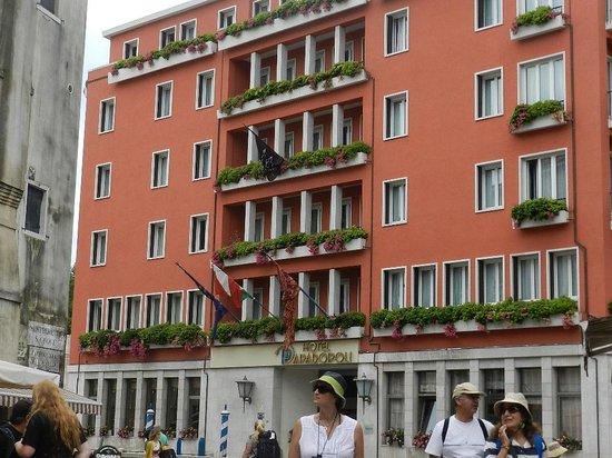 Hotel Papadopoli Venezia MGallery by Sofitel : the Hotel from the Piazza