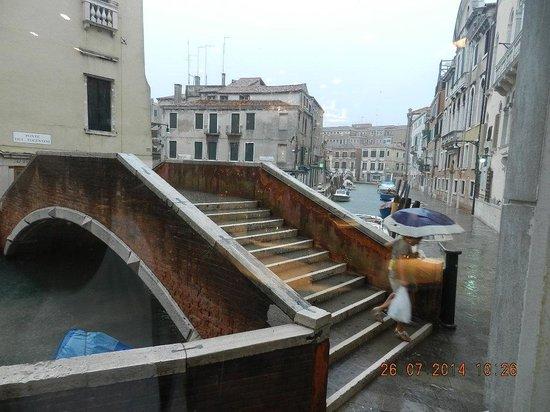 Hotel Papadopoli Venezia MGallery by Sofitel: Bridge outside the hotel