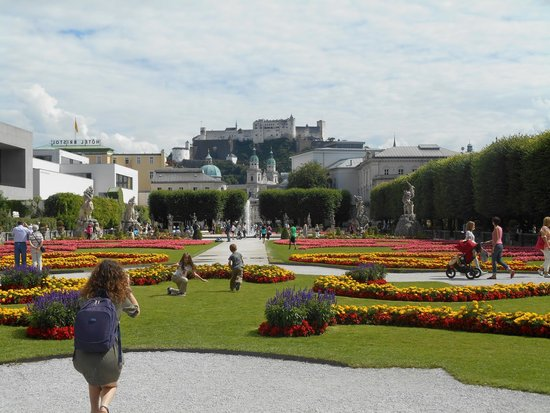 Mirabell Palace and Gardens: Vista del giardino centrale