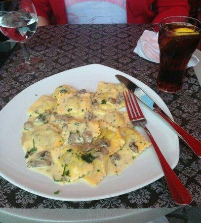Pasta Divina: Ricotta and spinach ravioli with cream mushroom sauce.