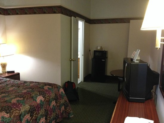 Travelodge Mount Pocono: looking toward the bathroom