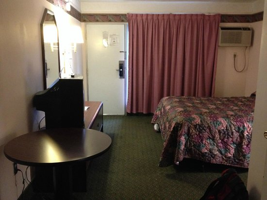 Travelodge Mt. Pocono: View of the room looking back toward the door