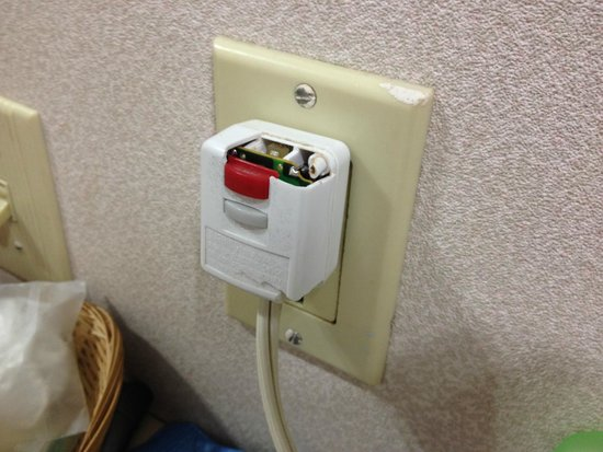 Travelodge Mt. Pocono : Cracked hair dryer plug, missing plastic - fire hazard?