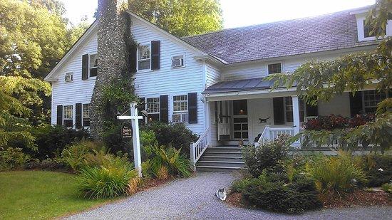Inn at Baldwin Creek: Outside the main entrance