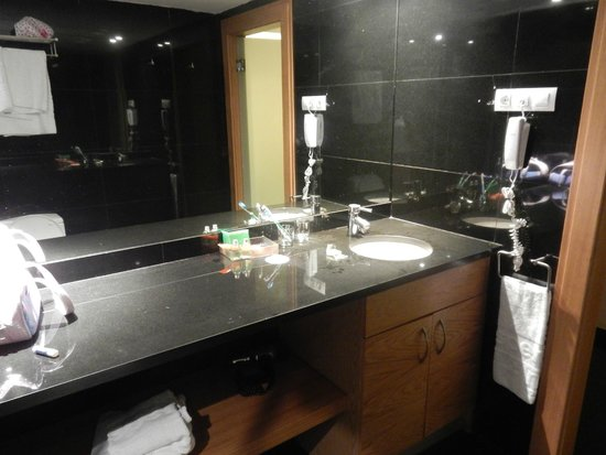 NH Collection Barcelona Tower : Fira suite - bathroom