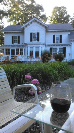 The Gazebo Inn: Relaxing outdoors after a shower with a pre-dinner libation!