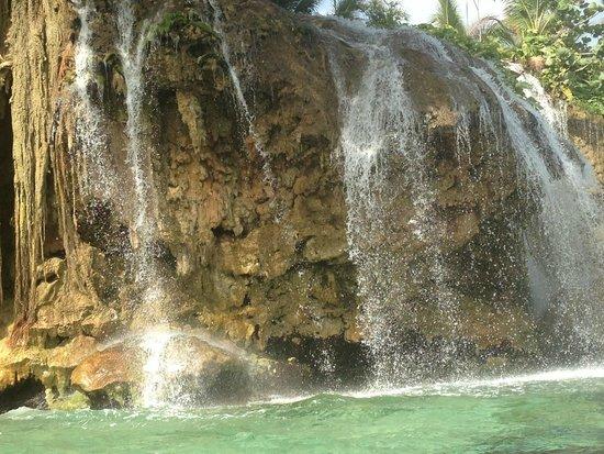 Jamaica Inn: Les chutes qui se jettent à la mer.