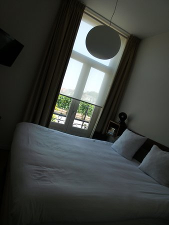 Townhouse Hotel Maastricht : Slaapkamer met klein balkon