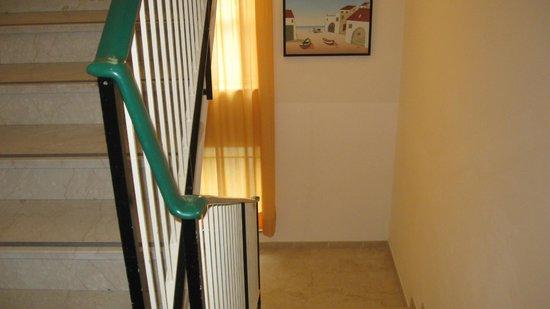 Hotel Stresa: Приятный спуск по лестнице
