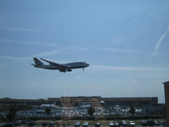 Premier Inn London Heathrow Airport (Bath Road) Hotel: Watching planes land from hotel