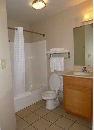 Candlewood Suites Harrisonburg: bathroom