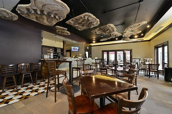 Best Western Denver Southwest: Breakfast room in the morning & Bar and Lounge at night