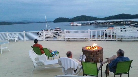 Mountain Harbor Inn Resort On the Lake: Fire pit on the deck