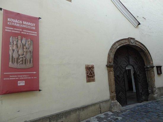 Margit Kovacs Ceramic Museum (Kovacs Margit Museum): No photos allowed inside