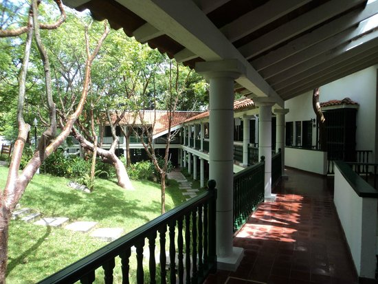 Moka Hotel: Pasillo al aire libre del Hotel Moka, en plena naturaleza.