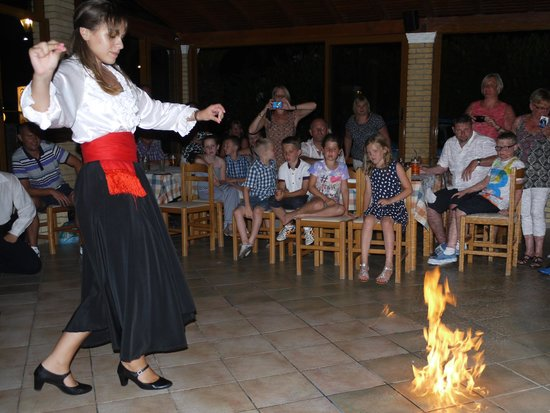 Roda Oasis Hotel & Apartments: Greek firedancing at the Oasis