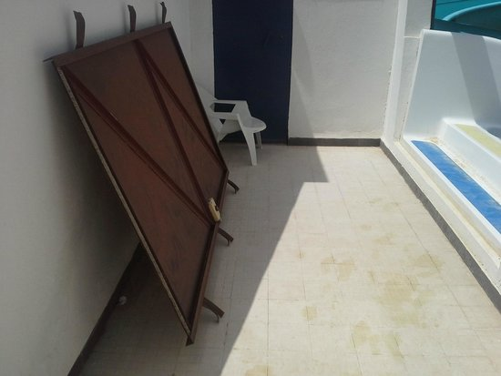 Fiesta Beach Club Djerba : imposante porte en métal qui pourrait glisser à l'accès des tobbogans et blesser quelqu'un