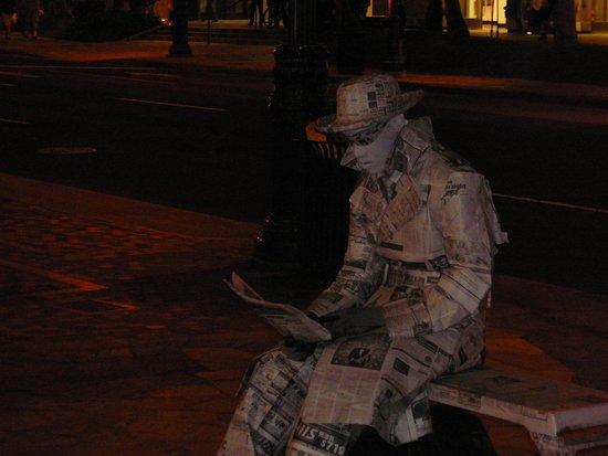 Hale Koa Hotel: street entertainers, fun!