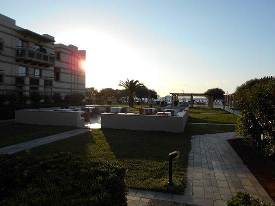 Grecotel Meli Palace: Это двор отеля и зона для отдыха. Тут по вечерам проходят концерты.
