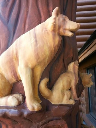 Great Wolf Lodge Waterpark : Wolves Carvings - Entrance