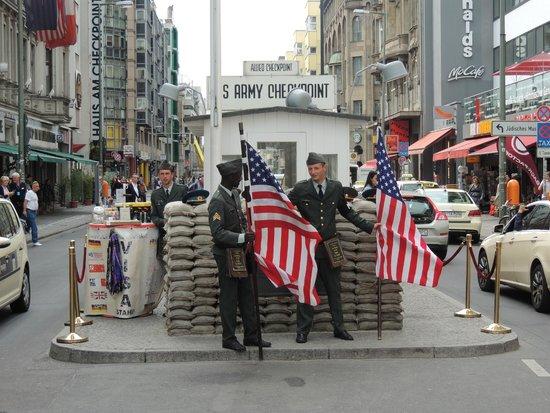 Mauermuseum - Museum Haus am Checkpoint Charlie: Checkpoint Charlie - Berlim, Alemanha