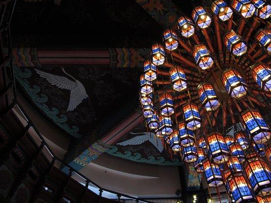 Hotel Commodore Busan: ロビーにある提灯も素晴らしい