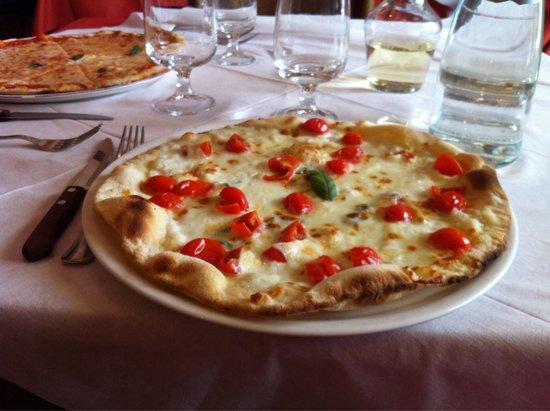 Taverna Parione : Pizza con pomodorini e mozzarella
